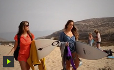 In company of her guest Marcela Witt, the pro surfer Claudia Gonçalves heads to Morocco to catch waves in the african country.